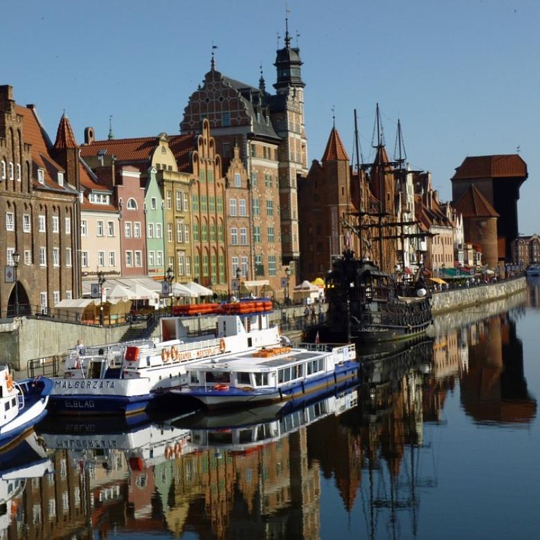 crane motlawa river gdansk pirat ship